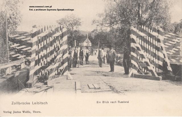 """Most graniczny w Lubiczu. Tego typu pocztówki z """"widokiem na Rosję"""" cieszyły się sporą popularnością. Z Torunia do Lubicza jeździły wycieczki tylko po to, aby wysłać rodzinie pocztówkę z rosyjskim stemplem"""