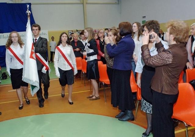 Oprócz imienia Wybitnych Polaków Gimnazjum w Biesiekierzu otrzymało wczoraj także sztandar. Szkoła przez 10 lat gromadziła na niego pieniądze, a mieszkańcy gminy chętnie jej w tym pomagali.