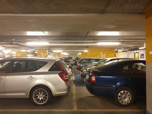 W środę (14 kwietnia) Rada Miejska Łodzi zajmie się projektem uchwały zatwierdzającym podwyżki w Strefie Płatnego Parkowania. Projekt zakłada też powstanie nowej podstrefy C, która obejmie parking wielopoziomowy Dworca Fabrycznego i miejsca przy al. Rodziny Scheiblerów.CZYTAJ DALEJ NA NASTĘPNYM SLAJDZIE>>>