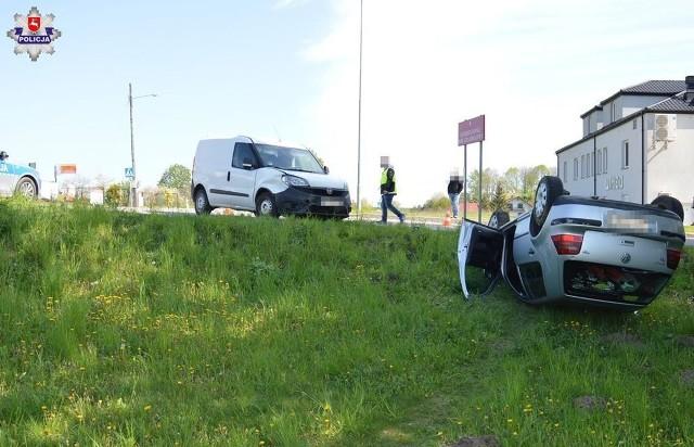 Służby ratunkowe otrzymały zgłoszenie o zderzeniu dwóch pojazdów, po którym jeden z nich wypadł z drogi i dachował