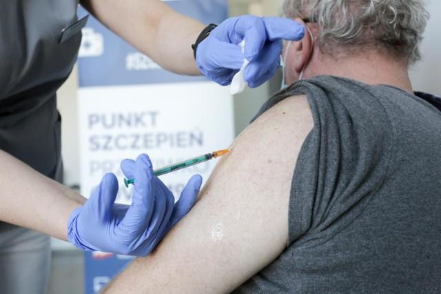 W Małopolsce do tej pory odnotowano 1721 niepożądane odczyny poszczepienne. Jakie objawy wystąpiły u zaszczepionych? Zobacz w galerii. Przesuwaj zdjęcia w prawo - naciśnij strzałkę lub przycisk NASTĘPNE.LISTA NOP W MAŁOPOLSCE >>>