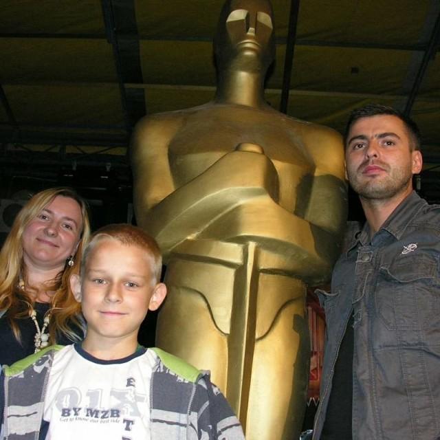 Monika Szczypior, Daniel Popławski i Marcin Majgier zrobili sobie na koniec zdjęcie z wielką statuetką Oskara.