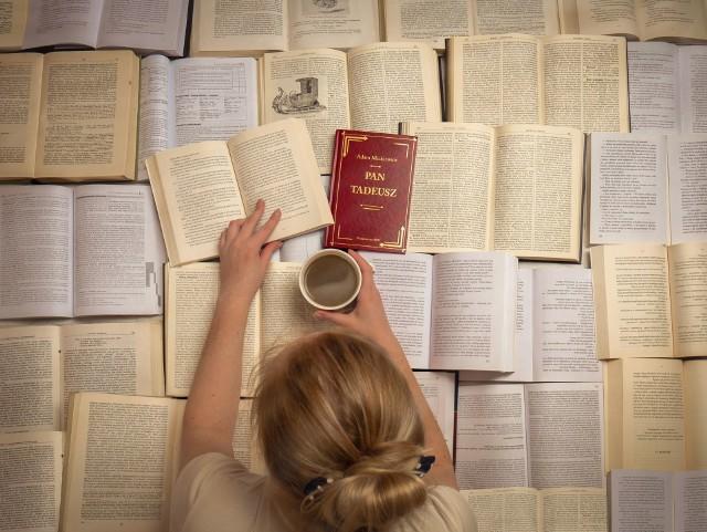 Na zdjęciu Natalia Gajek w morzu książek