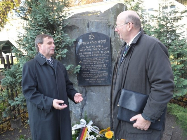 Uczestnicy konferencji złożyli kwiaty pod pomnikiem przy ul. Barlickiego. Na zdjęciu Bernard Gaida (z lewej) i prof. Jan Barcz.