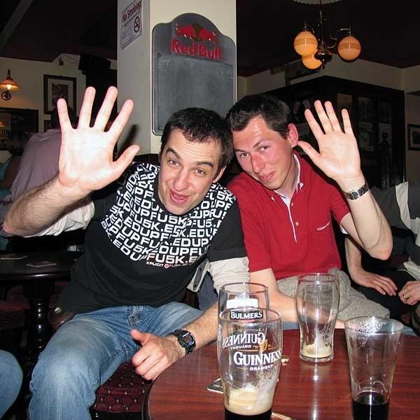 """Zajęcia """"integracyjne"""" w pubie organizowaliśmy spontanicznie. Od lewej Jan i Thomas."""
