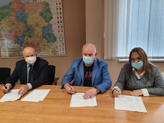 Fot. Podpisanie umowy na budowę kwatery 1C. Od prawej: Główny Księgowy CZG-12 Daria Hormańska, Przewodniczący Zarządu Robert Paluch, Zastępca Przewodniczącego Zarządu Tadeusz Pietrucki.