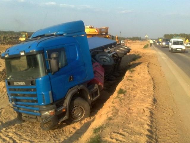 Ciężarówka zjechała na pobocze i wpadł do rowu