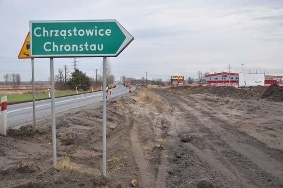 Remont drogi rozpoczął się w grudniu 2011 ale wiosną wykonawca wycofał się z powodu wzrostu cen materiałów. Teraz prace ruszają ponownie.