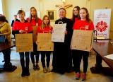 Caritas rozdaje torby i zachęca do pomagania