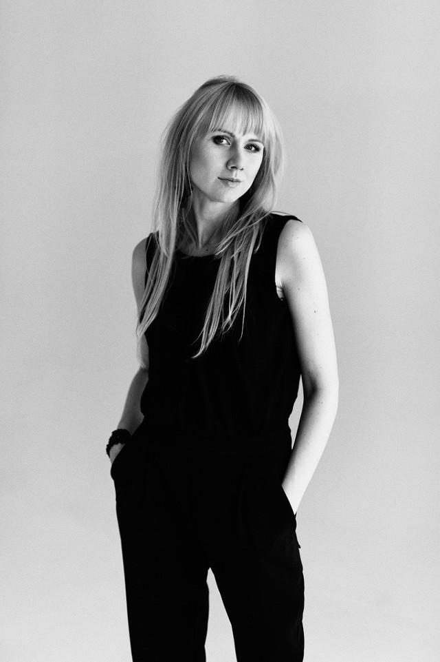 """Martyna Zaniewska śpiewa w sztuce """"Migdały i rodzynki. Szkice białostockie"""" wystawianej  od czwartku do niedzieli (15-18 stycznia) w teatrze Węgierki."""