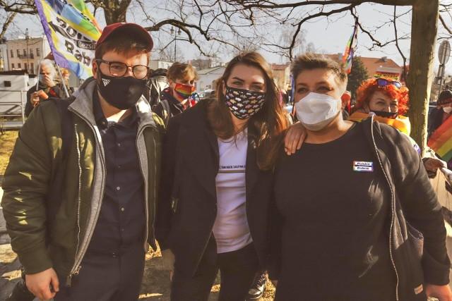 Od prawej: Elżbieta Podleśna, Anna Prus i Bartosz Staszewski, aktywista LGBT, po ogłoszeniu wtorkowego wyroku sądu