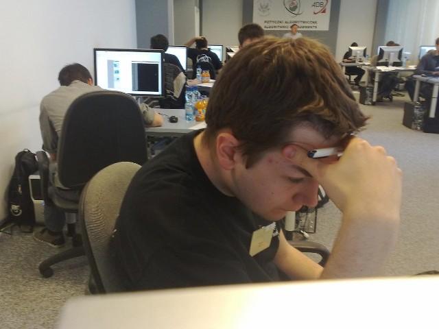 Maciej Wawro z Uniwersytetu Jagielońskiego wraz z innymi uczestnikami zmaga się z potyczkami algorytmicznymi.