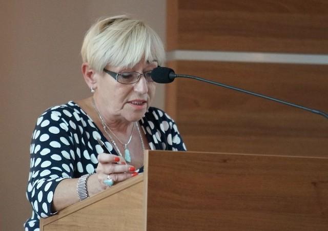 Anna Berendt przedstawia radnym sprawozdanie z wykonania budżetu powiatu za rok2014