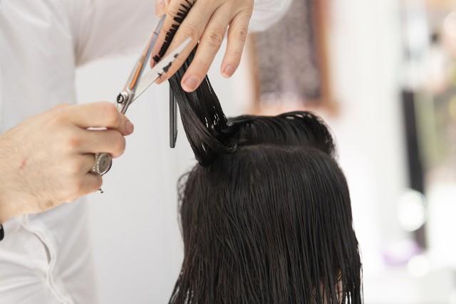 Salony fryzjerskie normalnie pracują, ale klientów jest mniej niż w maju