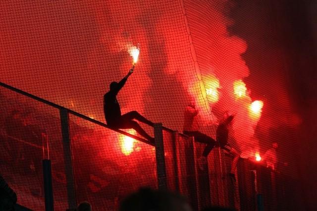 """Wisła Kraków zwyciężyła Cracovię w derbach Krakowa. Wiślacy prowadzili już 3:0, ale zespół """"Pasów"""" pokazał charakter i walczył do końca. Stać go było jednak tylko na dwa trafienia. Zobacz zdjęcia z derbów Krakowa!"""