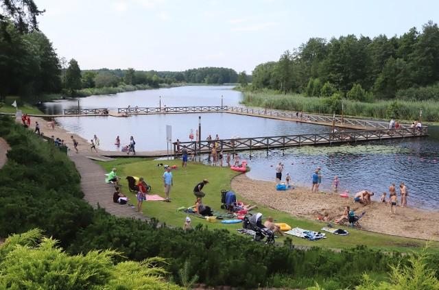 Nad Jeziorem Kozienickim w Ośrodku Wypoczynkowym Kozienickiego Centrum Rekreacji i Sportu rozpoczął się sezon letni. Od 26 czerwca przez całe wakacje nad bezpieczeństwem kąpiących  w godzinach 10-18 czuwać będą ratownicy. Czynna jest też wypożyczalnia sprzętu wodnego. Już pierwszego dnia nad jeziorem spotkaliśmy rodziny z małymi dziećmi.Rodzice wypoczywali a milusińscy pluskali się w wodzie. Nad wodę przyszła też młodzież która od dzisiaj rozpoczęła wakacje. Zobaczcie kolejne zdjęcia >>>