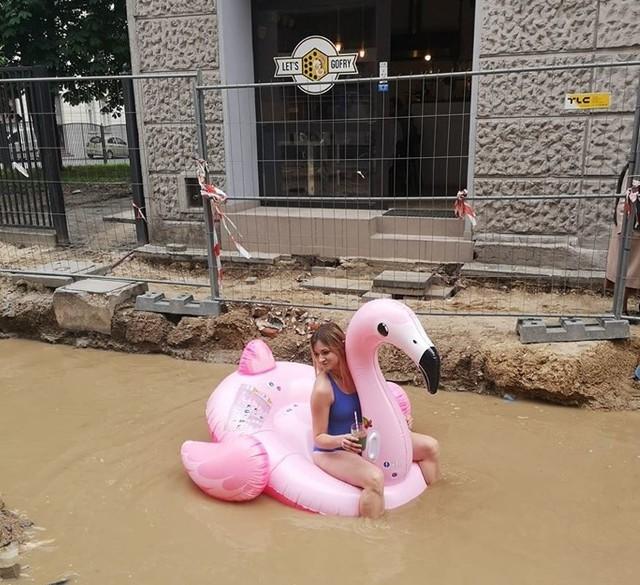 Zdjęcie, które opublikowała na profilu facebookowym swojej restauracji Sandra Ruta, obejrzało tysiące łodzian. Na fotografii właścicielka lokalu pływa na różowym dmuchanym flamingu po ul. Tuwima! W wykopie znajdującym się przed wejściem do jej lokalu utworzyło się ogromne bajoro i przez kilka dni nikt wody nie usuwał. Pani Sandra postanowiła zadziałać w nietypowy sposób.