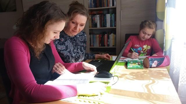 """Jolanta Tęcza-Ćwierz z córkami. W trakcie """"lock-downu"""" pracowała zdalnie i uczyła dzieci"""