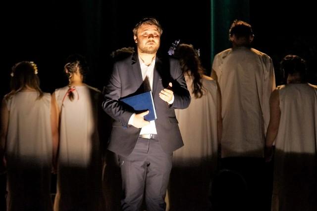 """Inowrocławski Teatr Otwarty wystawił premierowy spektakl pod tytułem """"Goplanicz - syn ziemi pszennej"""". Jego bohaterem jest Jan Kasprowicz"""