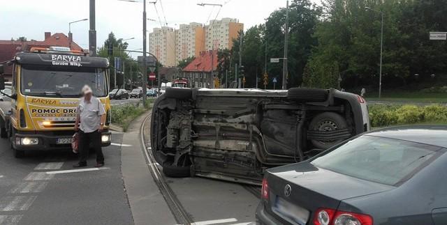Jeden z volkswagenów pod wpływem siły uderzenia przewrócił się na bok