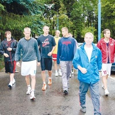 Trener Marek Kubiak (na pierwszym planie) wyprowadza Żubry na trening. Najbardziej z lewej, nieco schowany Adam Bet.