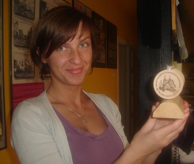 Stargardzkie znaczki turystyczne prezentuje Monika Szauman, absolwentka historii, która odbywa staż w stargardzkim muzeum. Tam, a także obok w Centrum Informacji Turystycznej, można je kupić za 5 złotych.