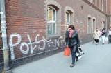 Potse zatrzymany. Tager pokazuje policjantom swoje malunki