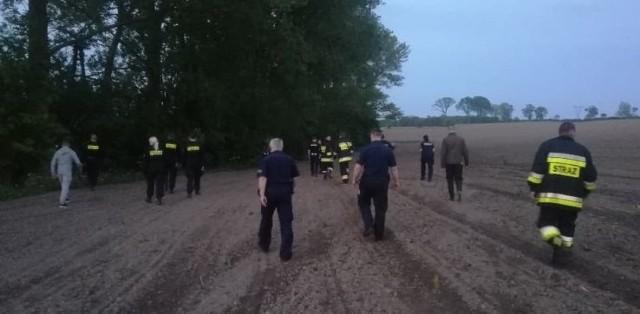 40 policjantów i strażaków przeszukiwało we wtorek prywatne gospodarstwo w Janowicach koło Lęborka