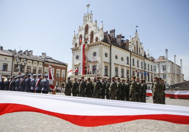 Zobaczcie jak przebiegały uroczystości z okazji Dnia Flagi na rzeszowskim rynku.Zobacz także: Wojewoda Ewa Leniart o przyłączeniu do Rzeszowa Krasnego i Matysówki
