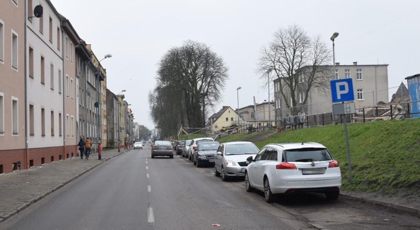 Kierowcy mogą parkować na niemal całej długości ulicy Dworcowej. Nie jest to jednak komfortowe parkowanie