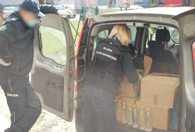 KAS Opole przekazał sanepidowi alkohol etylowy do środków dezynfekujących.