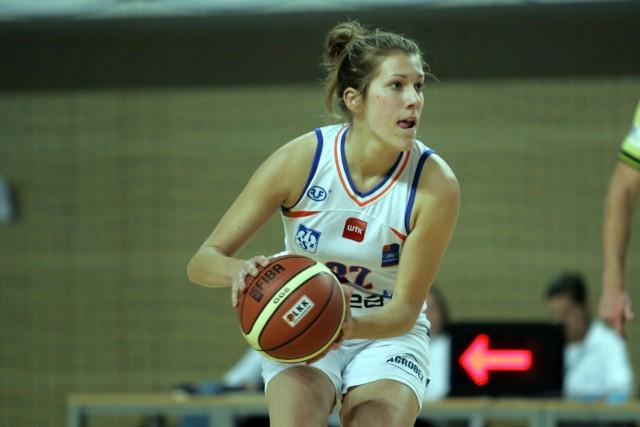 Wierni kibice Enei AZS pamiętają jeszcze Julię Adamowicz z występów w ekstraklasie w hali UAM na Morasku. To zdjęcie pochodzi z listopada 2011 r. z meczu poznanianek z AZS Gorzów Wlkp