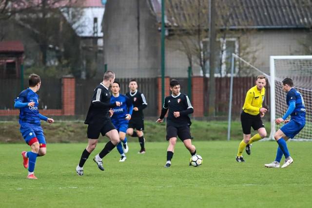 Olimpia Zambrów (na niebiesko) wygrała w Michałowie 4:1