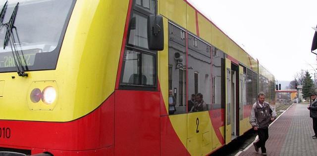 Do Zagórza pociągi przyjeżdżają o 8.43 i 15.49. Odjeżdżają zaś o 5.48 i 13.04. Informacja kolejowa jeszcze o tym połączeniu nie wie i twierdzi, że takich pociągów nie ma.