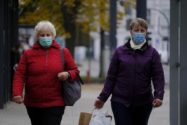 Od soboty 27 lutego 2021 w Polsce wprowadzony zostaje bezwzględny nakaz noszenia maseczek w przestrzeni publicznej. Zapowiedział to minister zdrowia Adam Niedzielski w związku z nadejściem trzeciej fali pandemii oraz coraz większą liczbą mutacji koronawirusa, które są bardziej zakaźne.Czytaj dalej na kolejnych slajdach