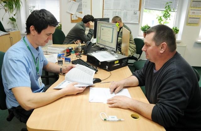 Krzysztof Jabłoński z Kawęczyna (z prawej) wniosek o dopłaty bezpośrednie złożył dopiero wczoraj, w toruńskim biurze powiatowym Agencji Restrukturyzacji i Modernizacji Rolnictwa