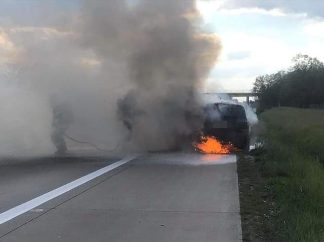 Akcja gaśnicza strażaków z OSP Smolec na autostradzie A4