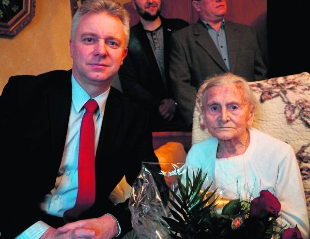 Leszek Klesiński, burmistrz Mroczy, wręczył bukiet Mariannie Guzek