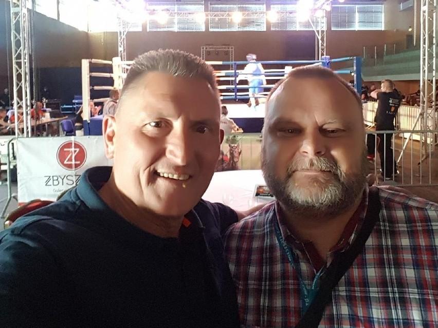Trener bokserski Sławomir Pisarek i promotor sztuk walki senator Maciej Grubski na bokserskiej gali