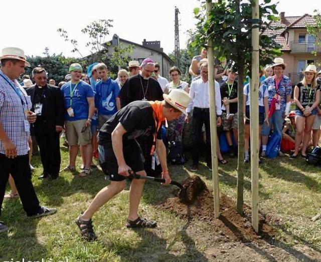 Pielgrzymi podczas sadzenia drzewka w Bibicach