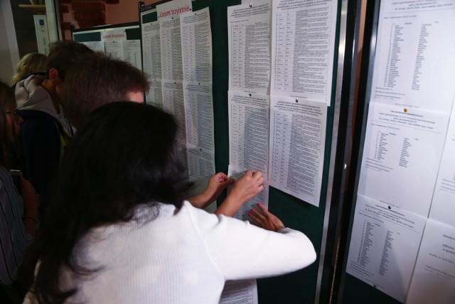 25 lipca do godz. 15 w liceach, technikach i szkołach branżowych w Wielkopolsce pojawią się informacje o ostatecznych wynikach rekrutacji i liczbach wolnych miejsc. Część szkół już teraz podaje aktualną liczbę wolnych miejsc. Zobacz, jak wygląda sytuacja w powiecie rawickim.
