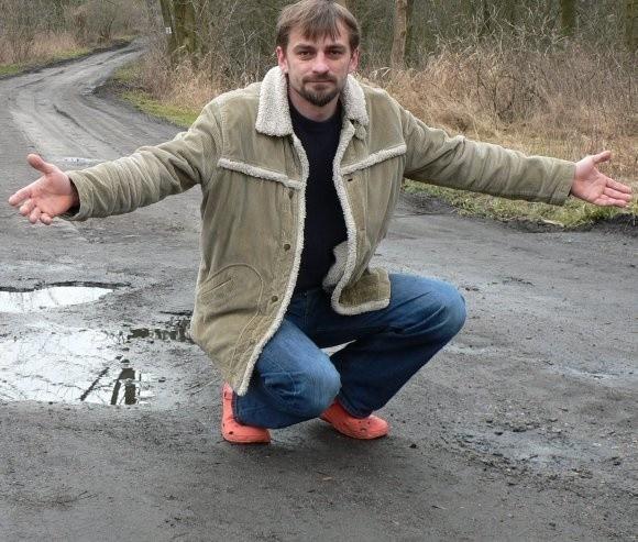 - To wstyd, że tak wygląda droga tuż obok popularnych kurortów - mówi Paweł Cisek.