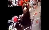 Zwróciła mu uwagę na brak maseczki. Mężczyzna uderzył kobietę w sklepie w Lesznie. Do sądu trafił akt oskarżenia