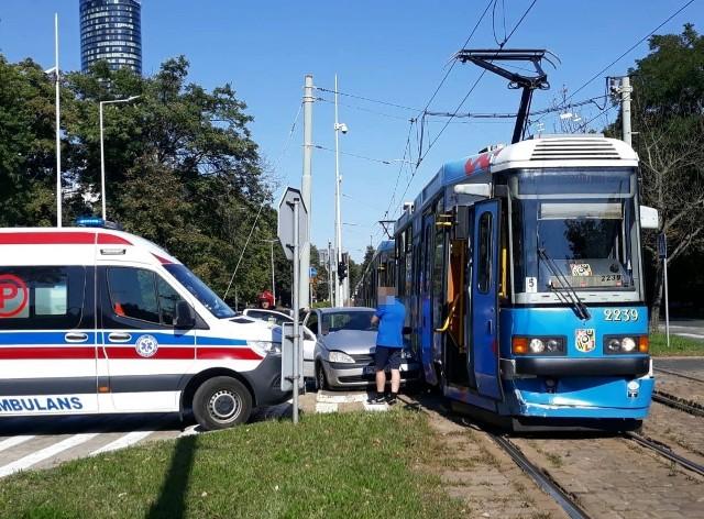 Wypadek tramwaju i samochodu na pl. Powstańców Śląskich we Wrocławiu