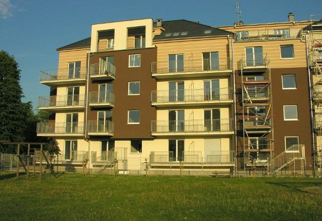 Blok przy ul. Myczkowskiego w Brzegu.Takich inwestycji jak przy ul. Myczkowskiego w Brzegu nie brakuje. Na atrakcyjności zyskują też mieszkania na rynku wtórnym.