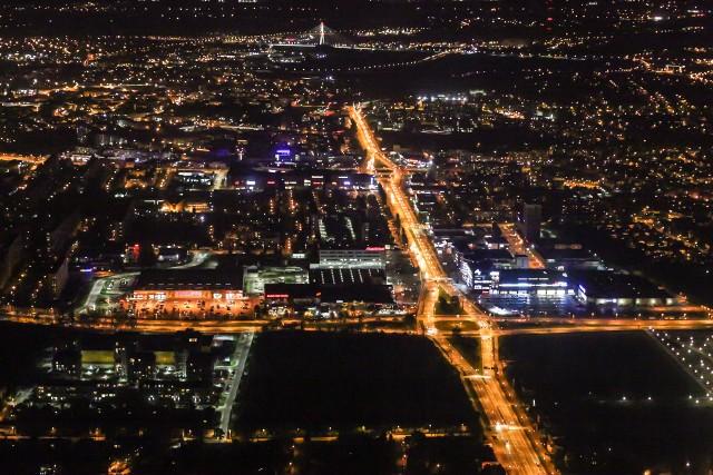 Nocne zdjęcia miasta zostały wykonane z pokładu samolotu. Rozpoznajecie te miejsca?Czytaj też: Pilot o. Artur Gałecki wylądował w Rzeszowie. Został przeorem dominikanów