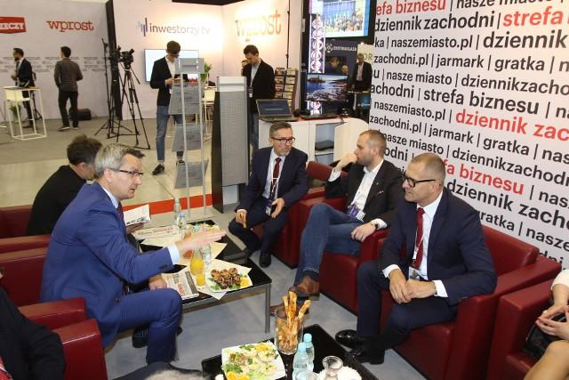 Drugiego dnia Europejskiego Kongresu Gospodarczego na stanowisku DZ sporo się dzieje. Mamy wielu gości i prowadzimy mnóstwo rozmów. W sercu hali MCK widzimy wszystko co dzieje się wokół.
