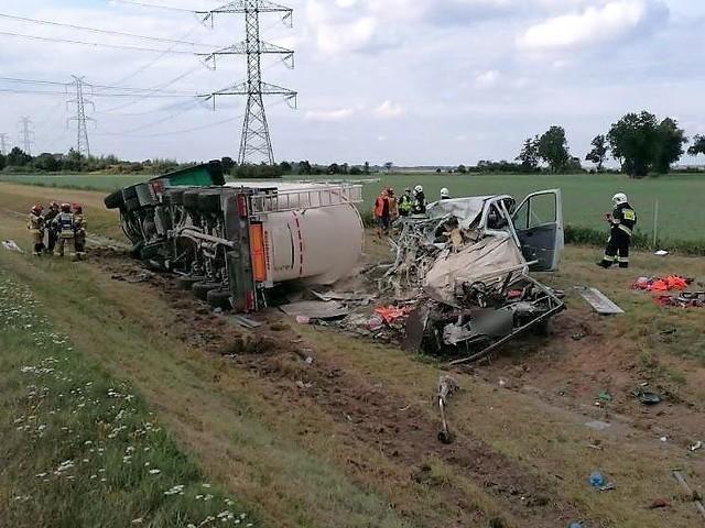 Wypadek na autostradzie A4 pod Brzegiem. Tir stratował pojazd służby drogowej i wpadł do rowu