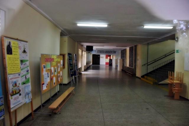 Szkoły puste, od środy ma ruszyć zdalne nauczanie, ale już są problemy techniczne w całej Polsce