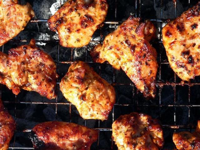 - Filety z kurczaka połóż na grillu i piecz z każdej strony przez 6-8 minut - radzi nasz Czytelnik.
